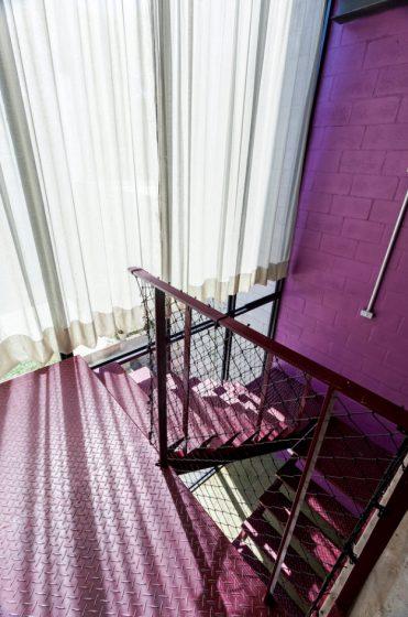 Diseño de escaleras coloridas lila