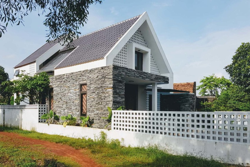 Casa dos pisos pequeña con piedra