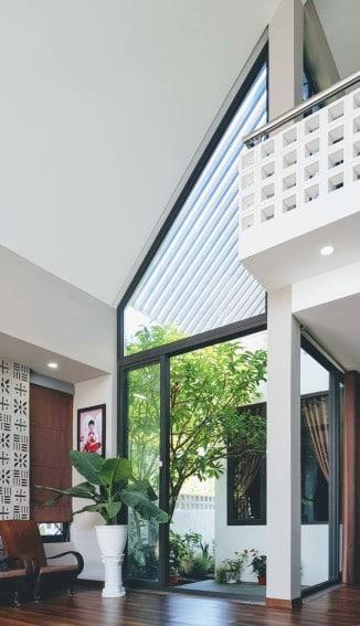 Diseño de sala moderna con techo alto