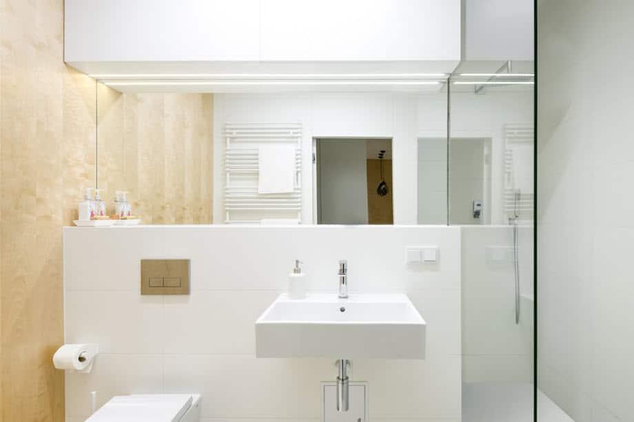 Diseño cuarto de baño moderno minimalista sanitarios blancos