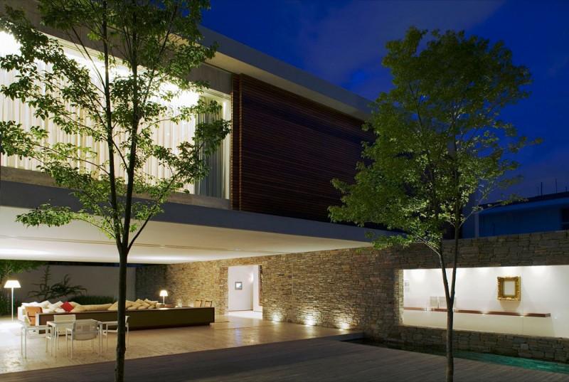 Casa moderna de piedra madera y agua como elementos constructivos construye hogar - Casas piedra y madera ...
