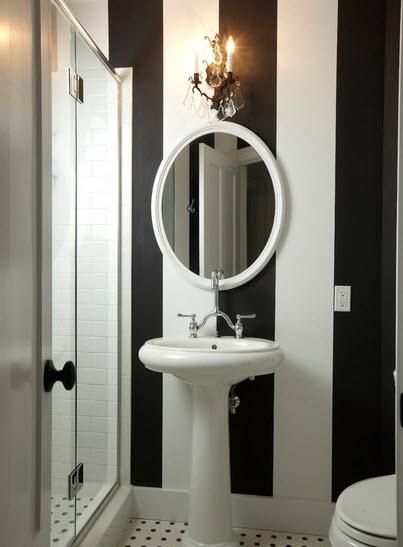 Diseño de cuarto de baño pequeño en blanco y negro