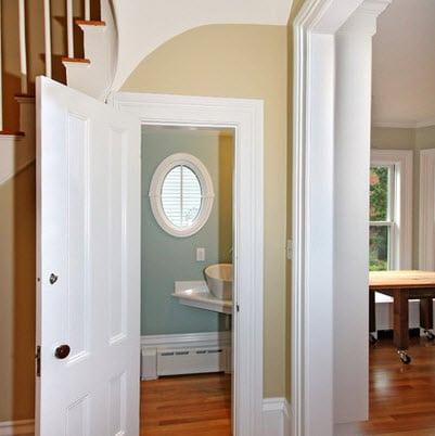 Como dise ar un cuarto de ba o debajo de las escaleras for Puertas que abren hacia afuera
