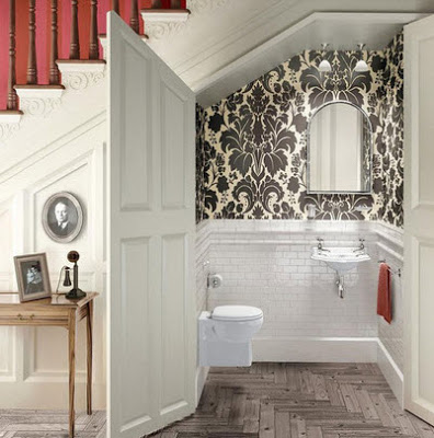 Baño debajo de la escalera con puerta amplia