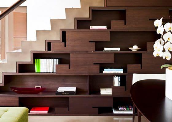 Diseño de escaleras con estantería