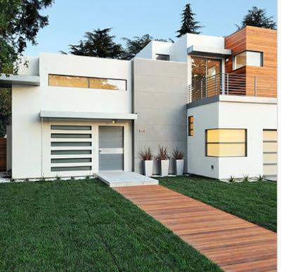 Casa moderna de color blanco, uso de madera y acero