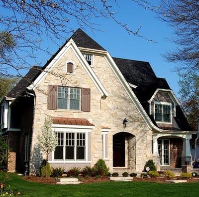 Fachada rústica con piedra y tejado