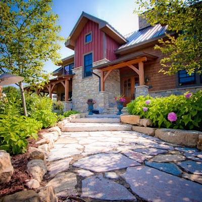 Fachada de casa rústica, accesos y piedras