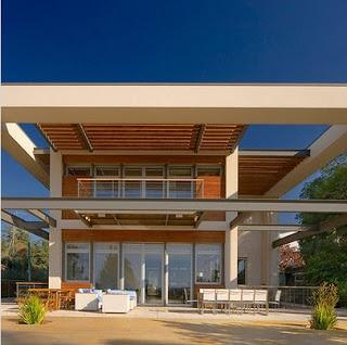 Fachada de casa contemporánea con protección solar