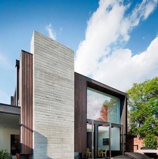 Casa con un amplio frente y arco
