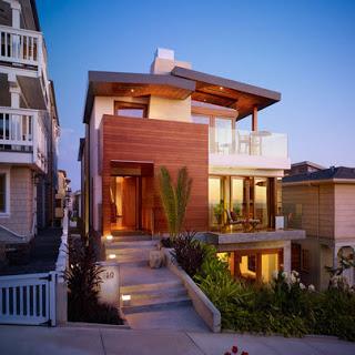 Diseño de fachada en desnivel con aplicaciones de madera