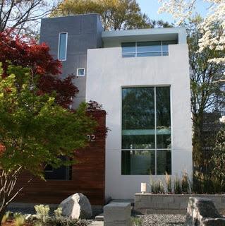 Lineas simples y grandes ventanas de esta fachada de vivienda