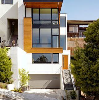 Fachada de casa delgada, con ventanas unidas