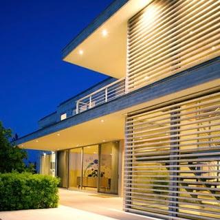Diseño de casa de lineas rectas y amplias ventanas