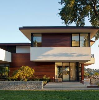 Fachada de casa estilo oriental con techo amplio