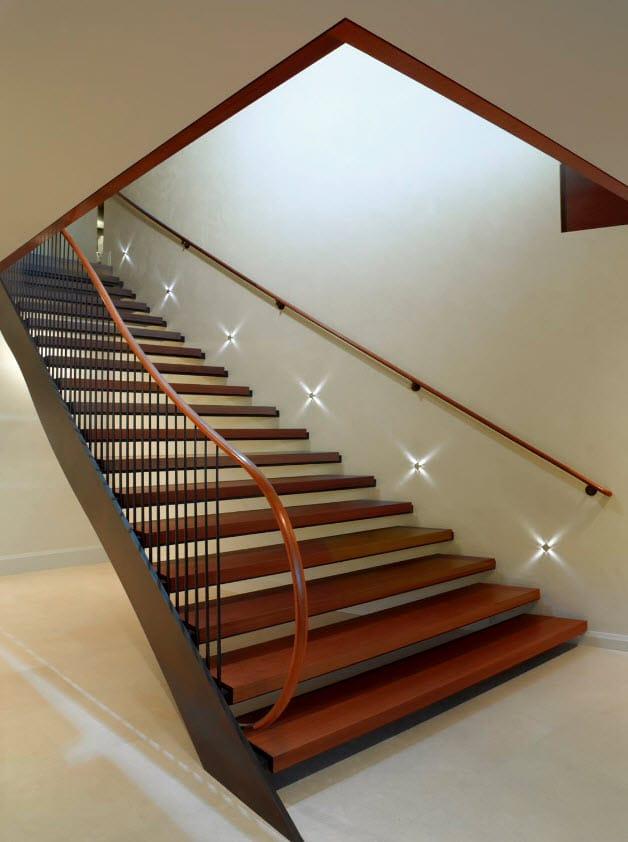 Moderna escalera ancha iluminada