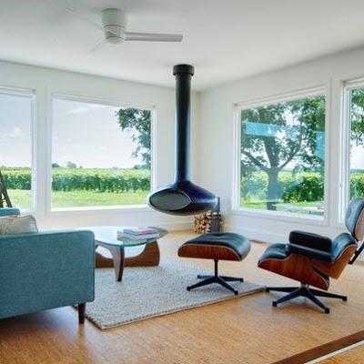 Sala estar moderna con chimenea al centro