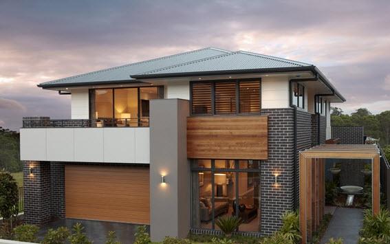 Casa grande de dos pisos con balcón y techos con pendientes