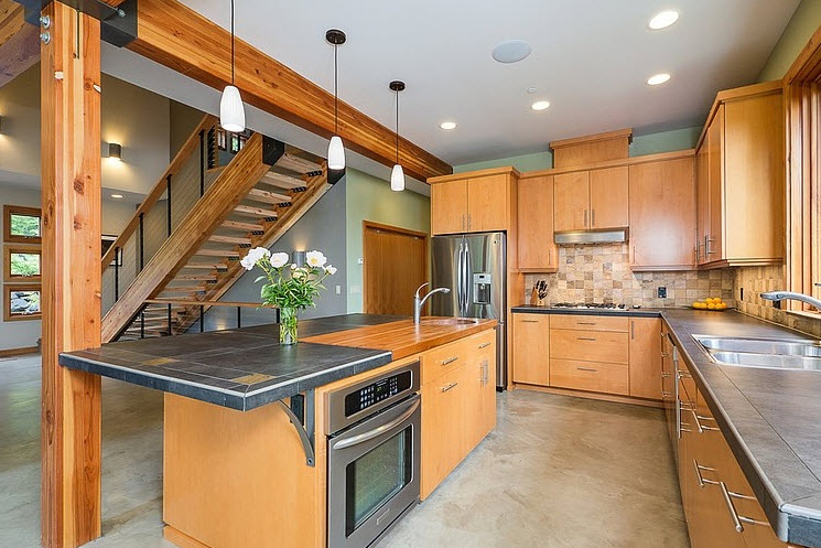 Dise o de casa moderna en la monta a rodeada de vegetaci n for Cocinas interiores casas