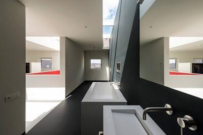 Cuarto de baño de la casa cubo con diseño minimalista
