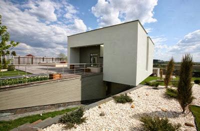 Desnivel de casa moderna ubicada en desnivel