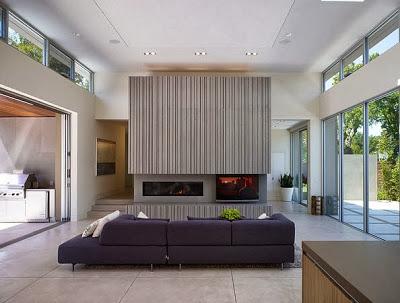 Diseño de chimenea moderna en casa con piscina