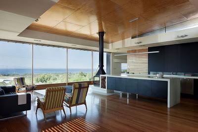 Diseño de interiores de casa moderna con vista al bosque
