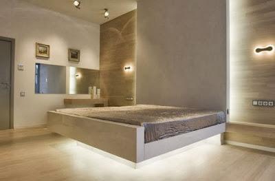 La cama parece elevarse del piso en diseño de dormitorio moderno