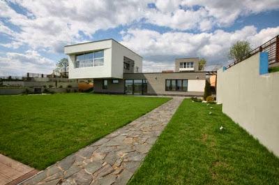 Perspectiva de fachada moderna ubicada en la colina