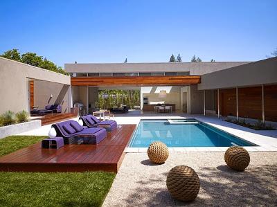 Fachada de la casa en forma de U vista piscina