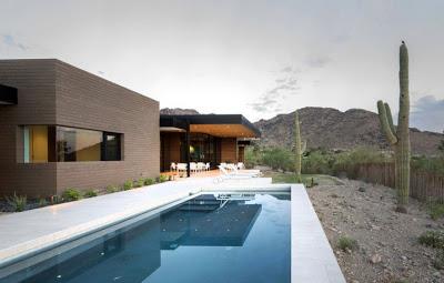 Fachada de casa en la montaña con vista al desierto