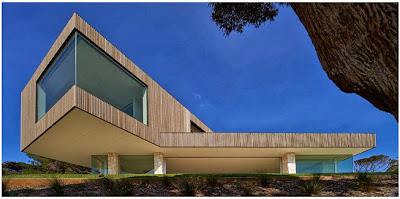 Fachada de casa moderna en acantilado