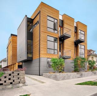 Edificio de tres pisos con fachada de madera