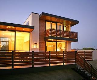 Fachada de casa de madera de dos pisos