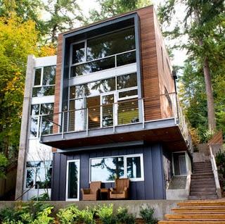 Casa enchapada de madera y metal de tres pisos
