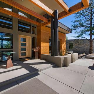 Fachada de casa de madera de un solo nivel