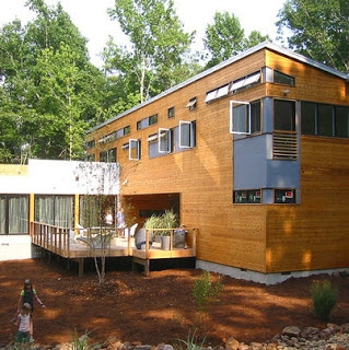 Casa de madera en el bosque