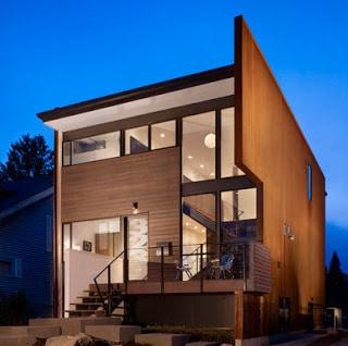 Fachada de casa de madera de dos niveles