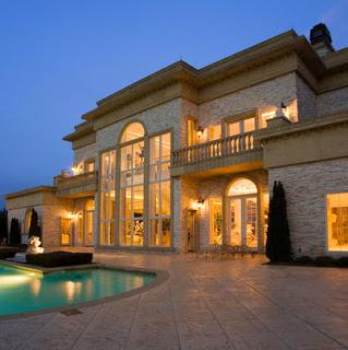 Foto de mansión con piscina al frente