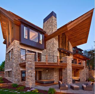 Diseño de casa de lujo con techos inclinados