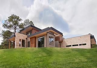 Fachada de casa en la pradera verde