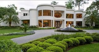 Casa  grande de lujo color blanco con pileta al exterior