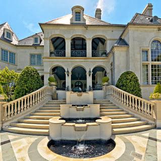 Casa clásica de lujo con grandes escaleras