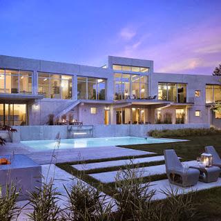 Casa construida en área grande con piscina