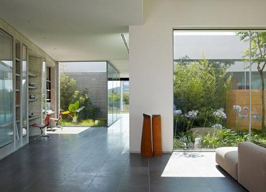Casa con dise o minimalista de un piso fotos construye for Imagenes de interiores de casas minimalistas
