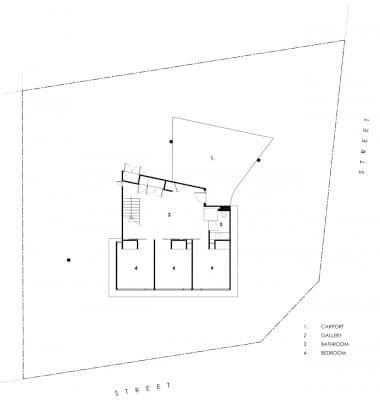 Primer piso plano de casa de dos niveles en pendiente