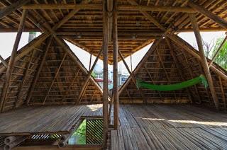 Techo ventilado e iluminado en casa de bambú