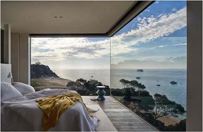 Ventana de casa en acantilado que mira al mar