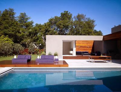 vista lateral de casa frente a la piscina