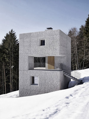 Acceso principal de la casa cubo sobre la montaña